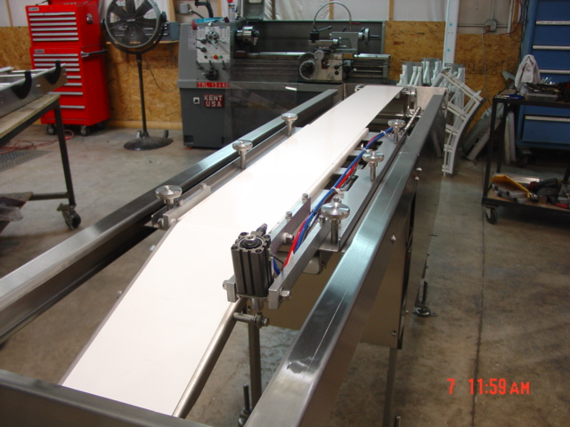 Servo drive automated retracting nosebar shuttle conveyor